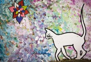 Gato branco em campo de flores.